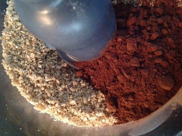 Voeg het zout en de cacao toe aan het mengsel in de mix en mix even.