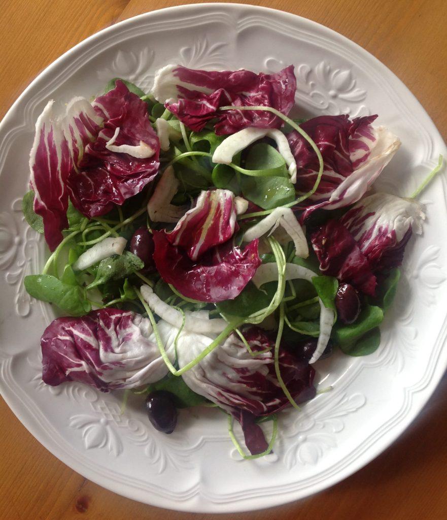 Salade met radicchio, winterpostelein, venkel en zwarte Kalamata-olijven