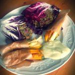 Mungburgers in radicchiobladeren met frietjes van groene pompoen en knolselderij en sojagonaise