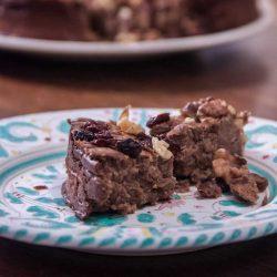Castagnaccio met cacao, rozijnen en walnoten