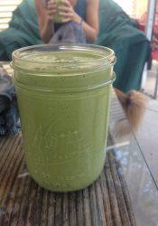 Groene smoothie met spinazie en snijbiet