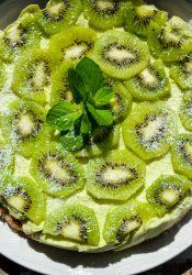 Raw avocadotaart met citroen en kiwi