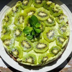 Rauwe avocado-citroentaart met kiwi
