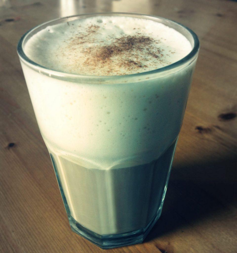 """Caffè latte"" van granenkoffie, sojamelk en stevia"